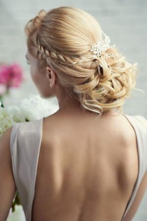 Такие свадебные прически из локонов продержатся весь этот торжественный день.