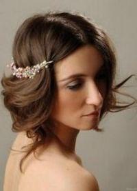 стильные прически на средние волосы 7