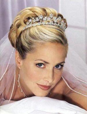 свадебные прически с диадемой на среднюю длину волос