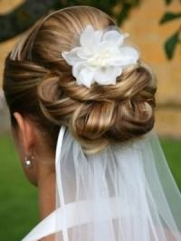 Свадебные прически на средние волосы с фатой13