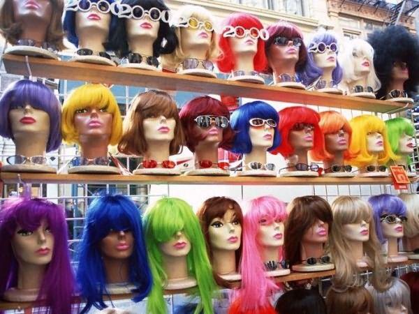 Синтетические парики пестрят разнообразием цветов