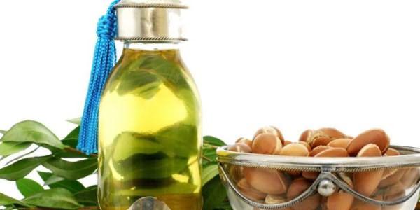 Аргановое масло в бутылочке и плоды аргании