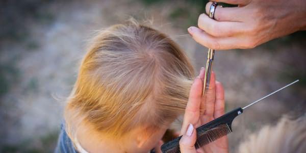 Ребенку стригут волосы