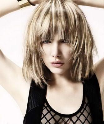Прическа подходит для волос практически всех типов