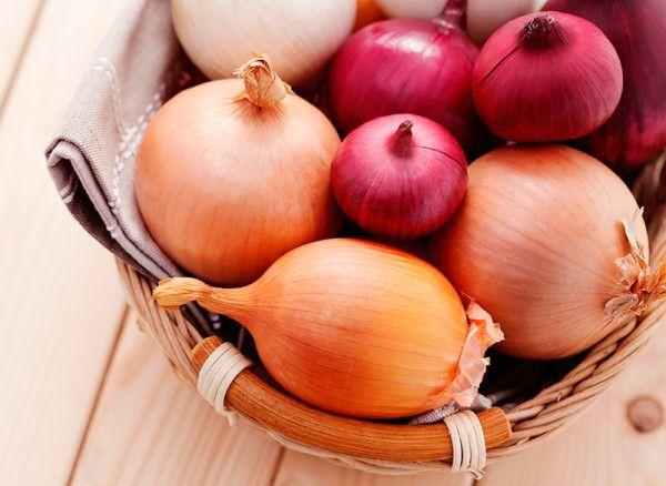 Инструкция по окрашиванию луком рекомендует использовать золотистые сорта для медного оттенка и фиолетовые – для насыщенного сливового