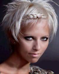 Визуально сузить лицо поможет косое плетение, как на фото