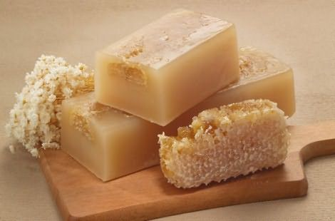 Мыло лучше смешать с медом или маслами, менее вредно для прядей