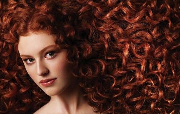 Как минимум в течение 2 недель химическая завивка на окрашенные волосы является нежелательной процедурой во избежание негативных реакций