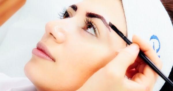 Наиболее чёткий контур у волосков при окрашивании можно получить с помощью скошенной кисти