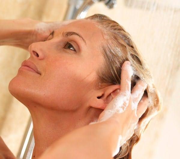 Смывать косметические средства необходимо чуть теплой водой