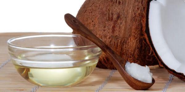 Кокосовое масло в тарелке и ложке