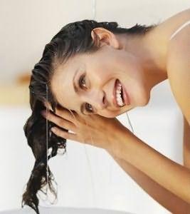 После лаков и муссов тщательно промываем волосы