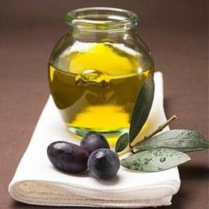 Пока хна будет укреплять ваши корни, нанесите на кончики базовое масло - кокосовое, оливковое или кунжутное, которые отлично питают локоны