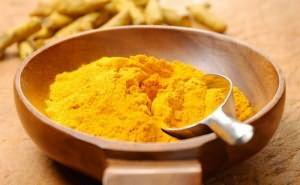 Куркума дает золотистый оттенок темным локонам (цена от 49 руб. за 100 грамм)