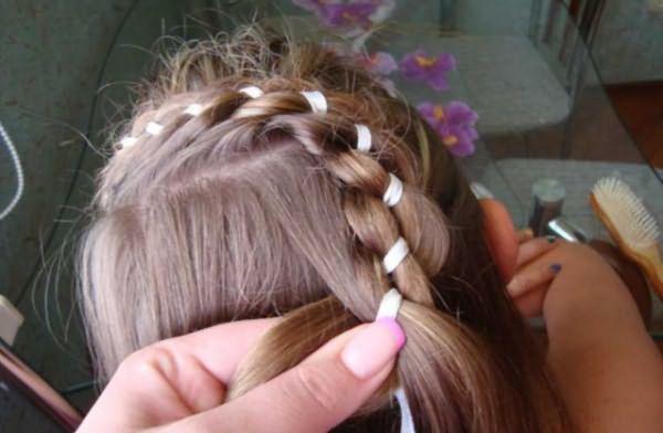 Создание косы-зигзаг с лентой: шаг 5
