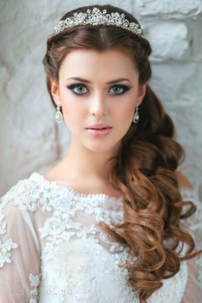 Модные свадебные прически: на бок локоны выбирают творческие неординарные натуры.
