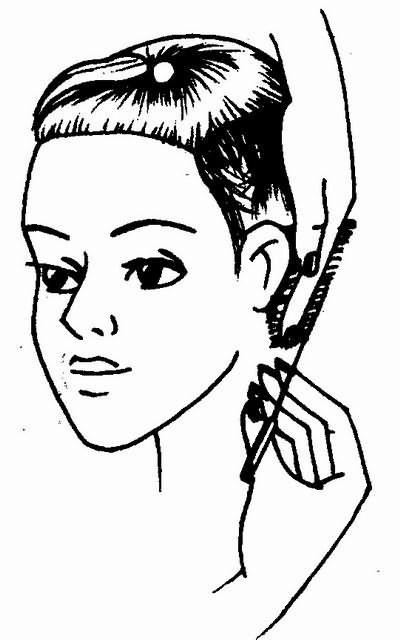линия среза пряди волос за ухом продолжает линию висков