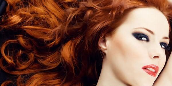 Девушка с тонированными рыжими волосами