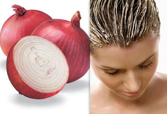 Многие при потере волос рационально втирают в кожу сок или кашицу чеснока и лука.