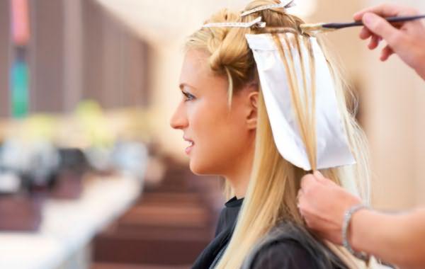 Цена мелирования определяется длиной волос и способом нанесения осветлителя