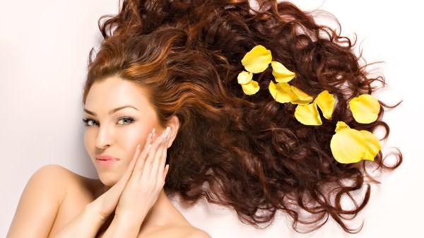 Лепестки цветов на волосах