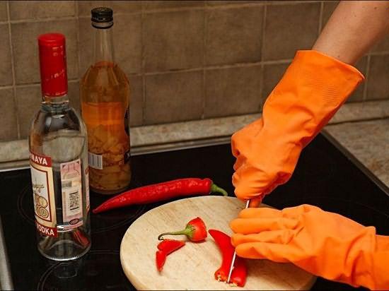 При разделке перца обязательно следует надеть перчатки.