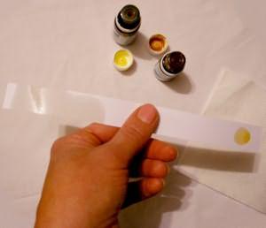 Если средство содержит пигменты, то от него останется цветное, но не жирное пятно
