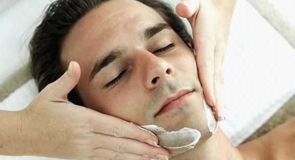 Мужчине делают маску для роста бороды