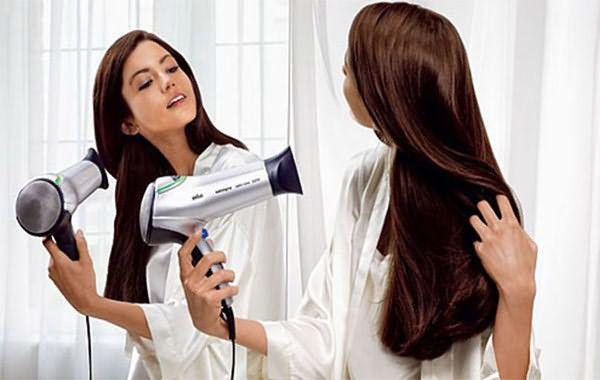Ответ на вопрос, как ухаживать за ламинированными волосами, был бы неполным без напоминания о технике безопасности обращения с феном