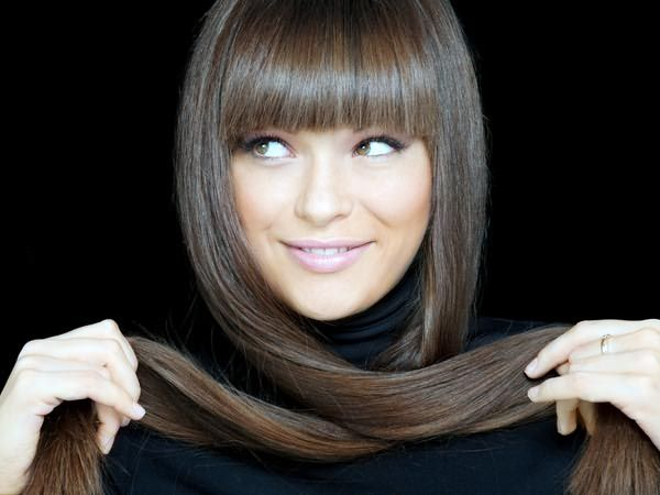 Наносите смесь на слегка влажные волосы после каждого мытья головы. При постоянном применении настойки можно закрасить даже седину.