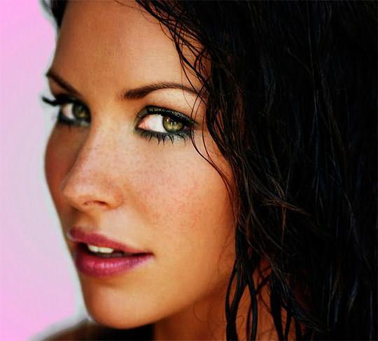 Идеальным вариантом для красавиц теплого типа внешности будут темные волосы и зеленые глаза.