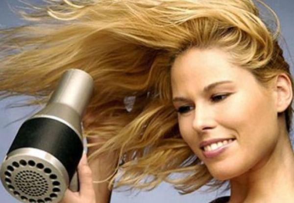 Высушивая локоны против роста волос, вы добъетесь максимального объема.