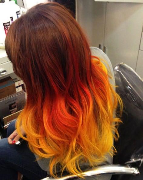 Омбре на рыжие волосы рекомендуется выполнять в теплой красно-желтой гамме