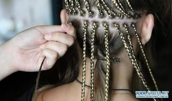 Девочке плетут афрокосы