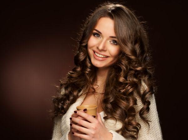 Девушка с темными, волнистыми, длинными волосами