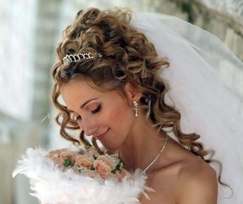Кудри часто используются для создания свадебных образов