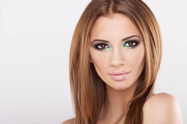 Цвет волос карамельный блонд или насыщенный коричный подходит тем, кто относит себя к теплому весеннему или осеннему цветотипу