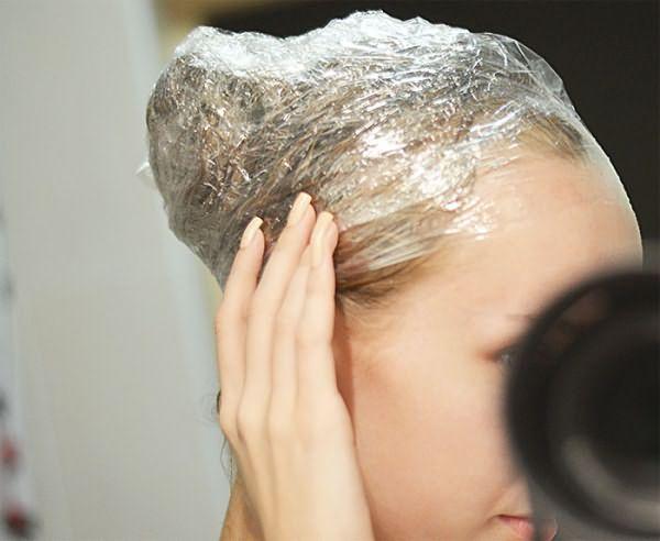 После нанесения смеси голову нужно обернуть пищевой пленкой, а потом – полотенцем