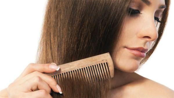 После мытья волосы расчесывают деревянным гребнем с редкими зубьями