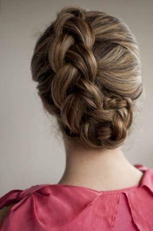 Если изнаночные колоски на средние волосы своими руками немного распушить, то получится очень объемная привлекательная прическа, как на фото.