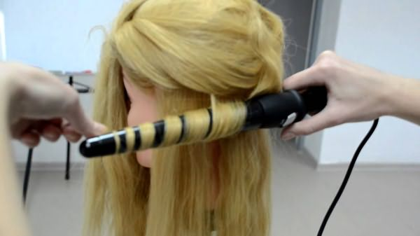 Накручивание волос на плойку