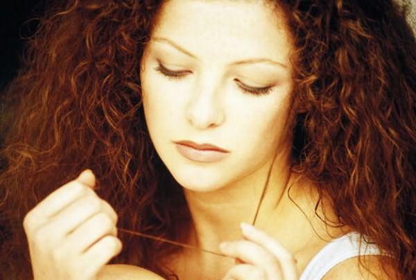Поврежденным кончикам волос просто необходимы специальные бальзамы.