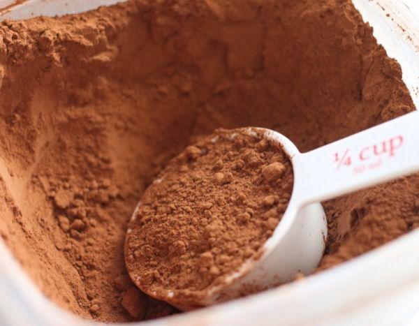 Какао для окрашивания должно быть натуральным, от идеи использовать напиток «Nesqik» придется отказаться