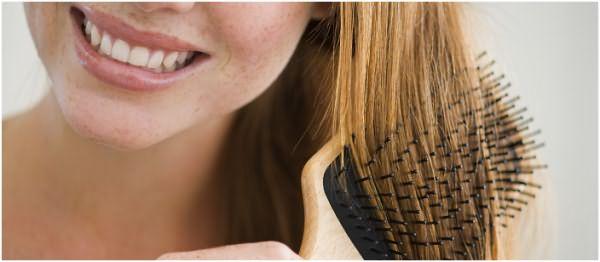 Рекомендуется воздержаться от применения жестких расчесок с зубчиками из металла