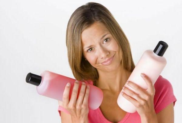 Женщина с шампунями в руках