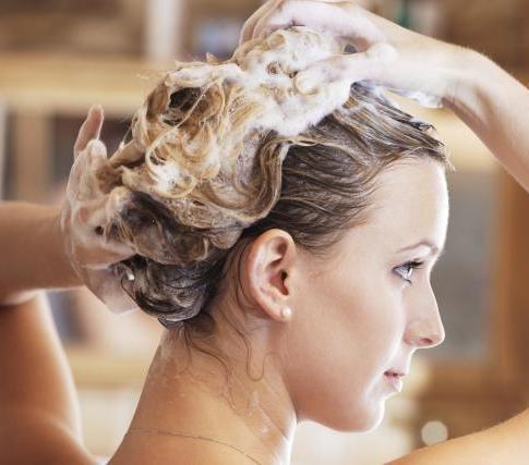 Воду можно заменить нейтральным шампунем, или добавлять столовую ложку соды на колпачок шампуня во время каждого мытья