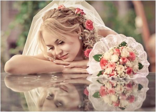 Свадебная прическа с цветами и фатой