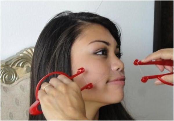 Сегодня существует несколько незамысловатых инструментов, которые позволяют избежать риска повреждения рук и несколько облегчить саму процедуру устранения лишних волос