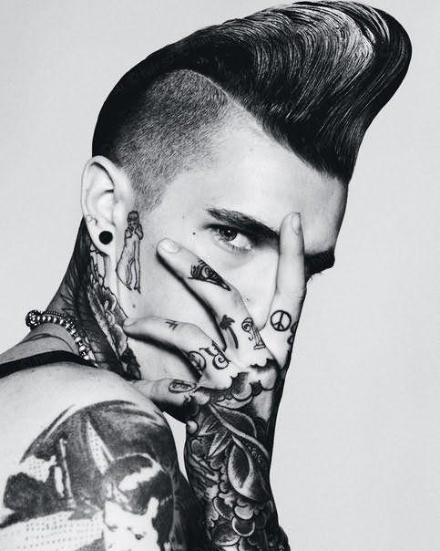 Экстравагантный вариант стрижки, дополненный татуировкой