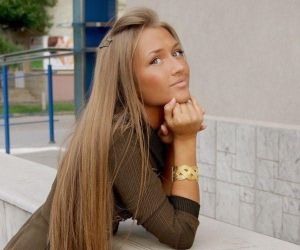 Девушка с длинными, русыми, прямыми волосами